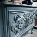 Luxusná vyrezávaná komoda s dvomi zásuvkami v svetlej modrej farbe