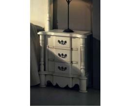Rustikálny drevený nočný stolík Nuevas formas s tromi zásuvkami 65cm