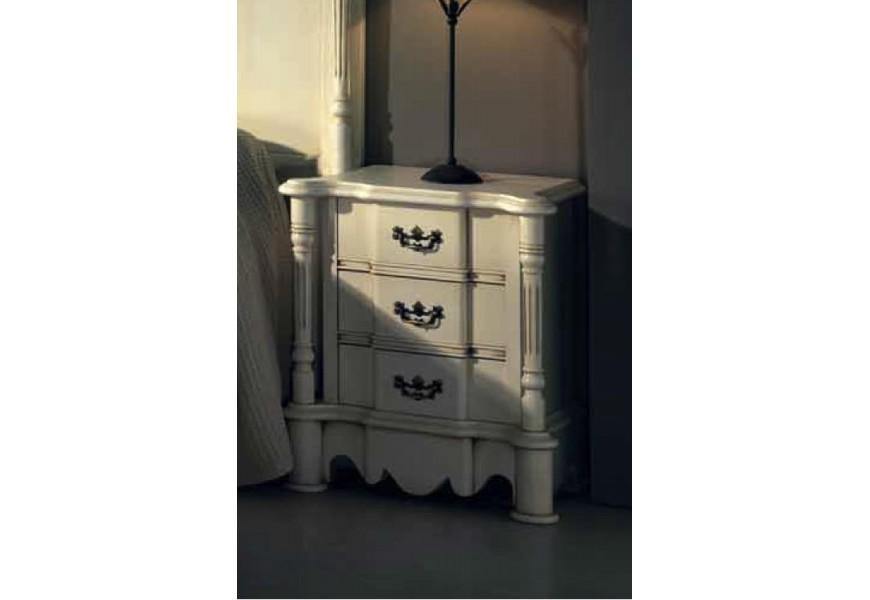 Luxusný rustikálny nočný stolík Nuevas formas s vyrezávanými nožičkami a tromi zásuvkami
