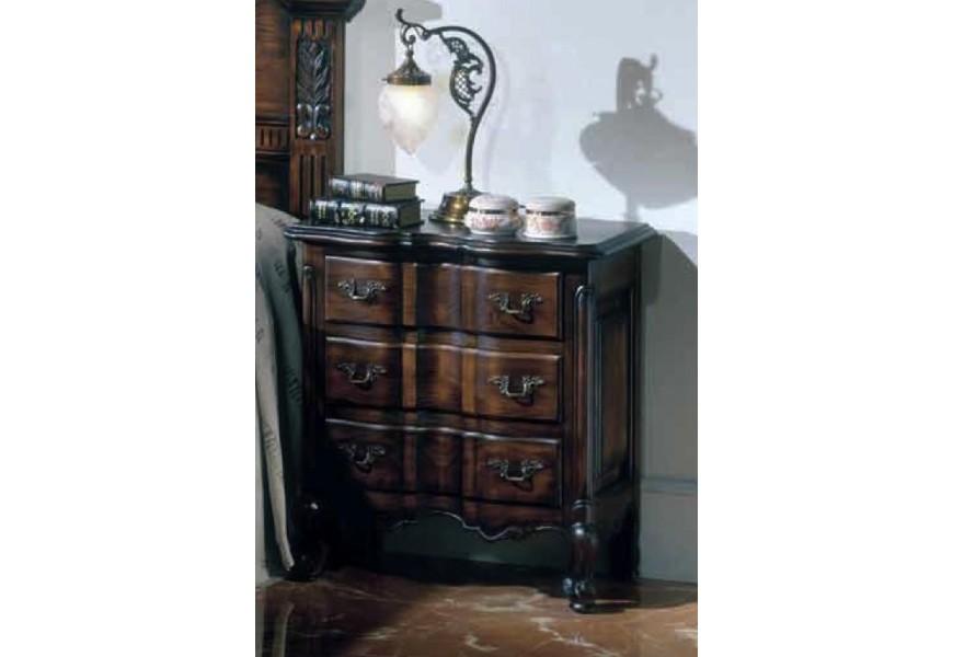 Exkluzívny drevený nočný stolík Nuevas formas s rustikálnym vyrezávaním a tromi zásuvkami