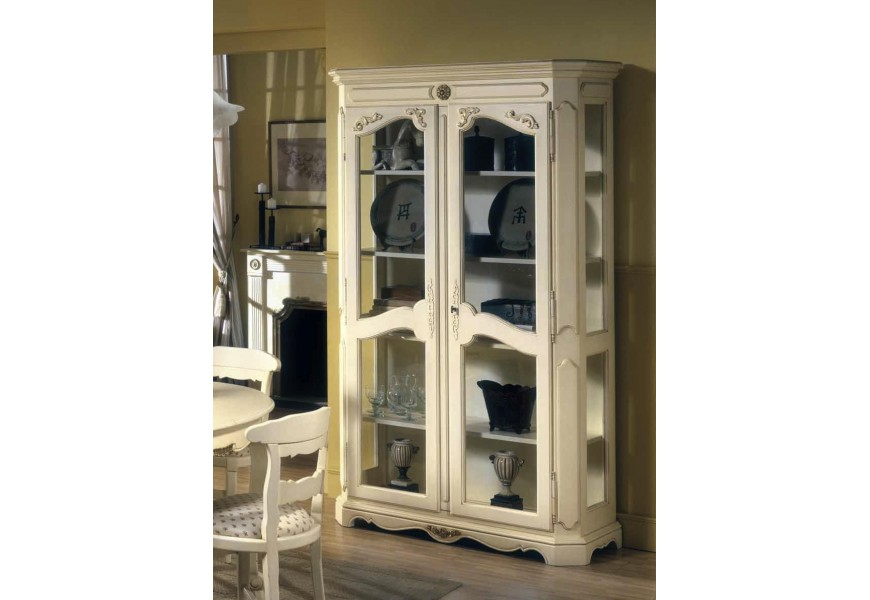 Exkluzívna rustikálna zdobená vitrína Nuevas formas z dreva s piatimi poličkami a presklenými dvierkami