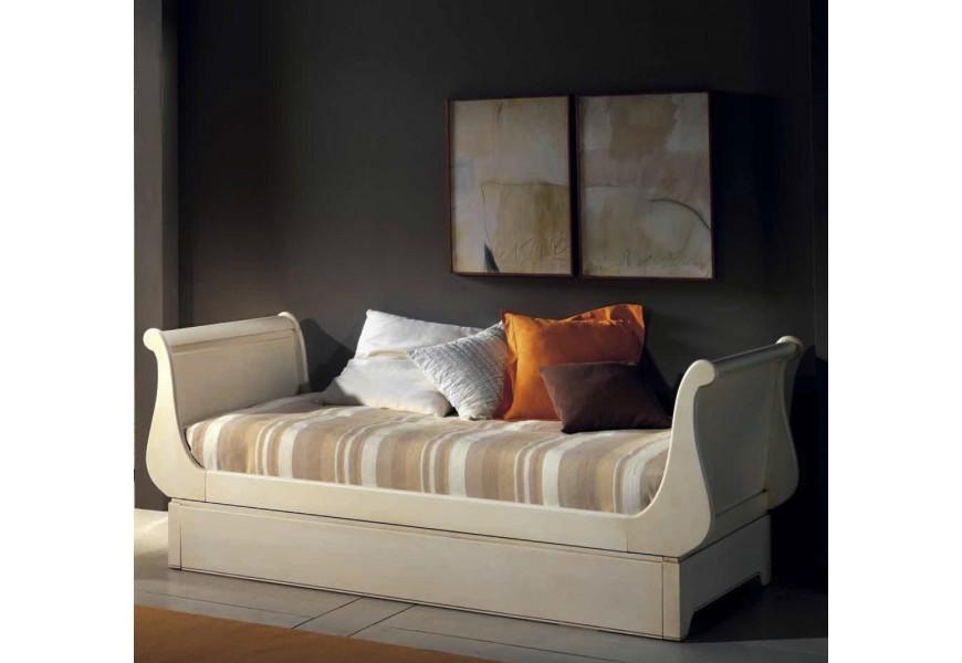 Elegantná drevená posteľ Luis Philippe v rustikálnom štýle s úložným priestorom