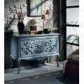 Vyrezávaná rustikálna komoda s dvomi zásuvkami v azúrovej modrej farbe