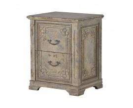 Vyrezávaný nočný stolík vo vintage štýle