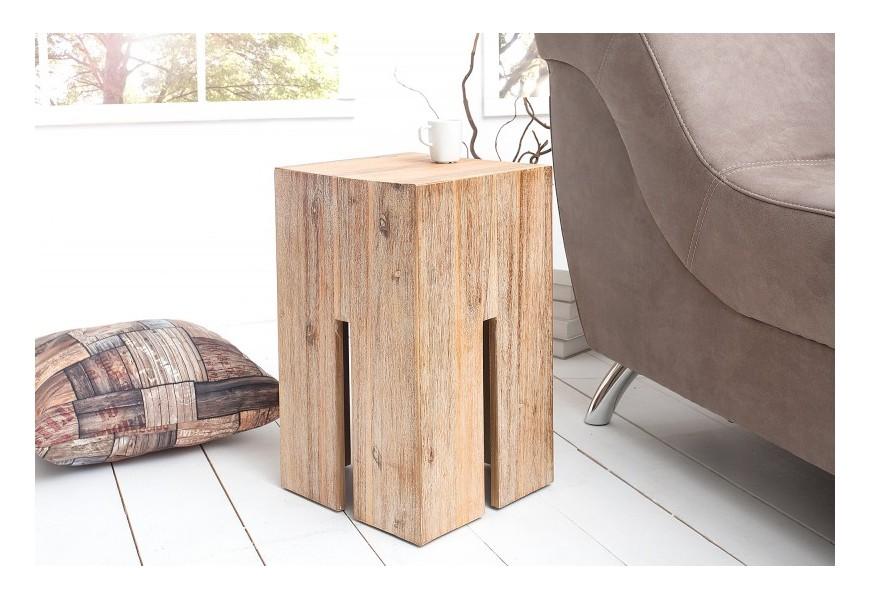 Dizajnová taburetka Castle je vyrobená z masívneho dreva