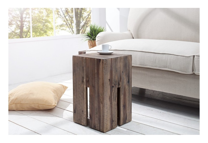 Dizajnová taburetka je vyrobená z masívneho dreva