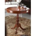 Jedinečný príručný stolík Castilla je vyrobený zo skutočne masívneho dreva