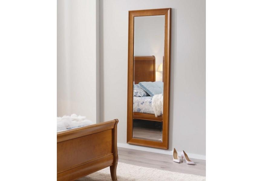 Jedinečné zrkadlo Carmen V je zasadené do masívneho bukového rámu
