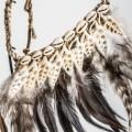 Dizajnová dekorácia s morskými mušlami a perím Indián