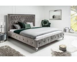 Exkluzívna chesterfield posteľ Caledonia v striebornej farbe v zámockom štýle so striebornými nožičkami