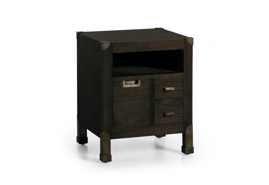 Luxusný nočný stolík M-Industrial v čiernej farbe z masívneho dreva mindi, so zásuvkami a s kovovými industriálnymi prvkami