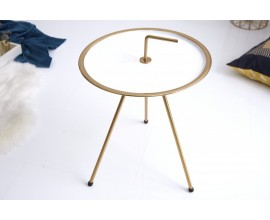 Dizajnový príručný stolík bielej farby so zlatými prvkami vyhotovený v retro štýle.