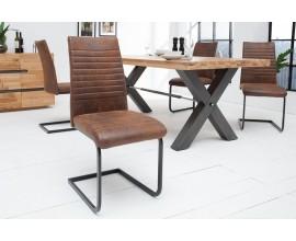 Dizajnová jedálenská stolička s poťahom s efektom zostarnutej kože na čiernej konštrukcii.