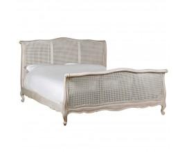 Štýlová vidiecka posteľ s konštrukciou z masívneho s ručne vyrezávaným rámom z mahagónového dreva a ratanu v bielej farbe