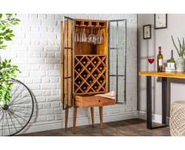 Dizajnová industriálna vinotéka Bodega z akáciového dreva hnedej farby a s kovovými čiernymi dvierkami