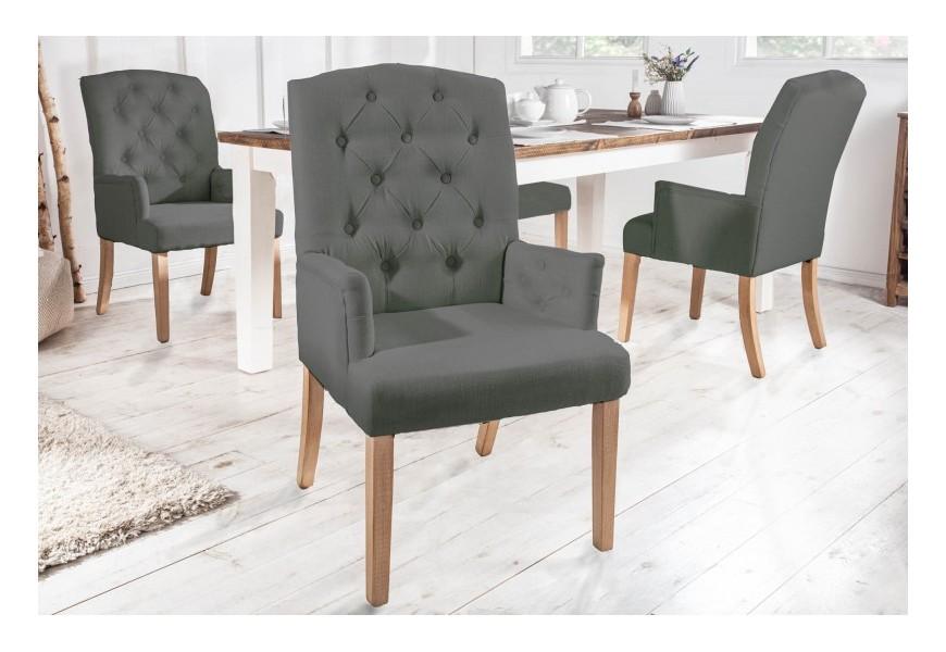 Štýlová vintage jedálenská stolička SIlloth v svetlosivej farbe s chesterfield prešívaním, s podrúčkami a s masívnymi nohami