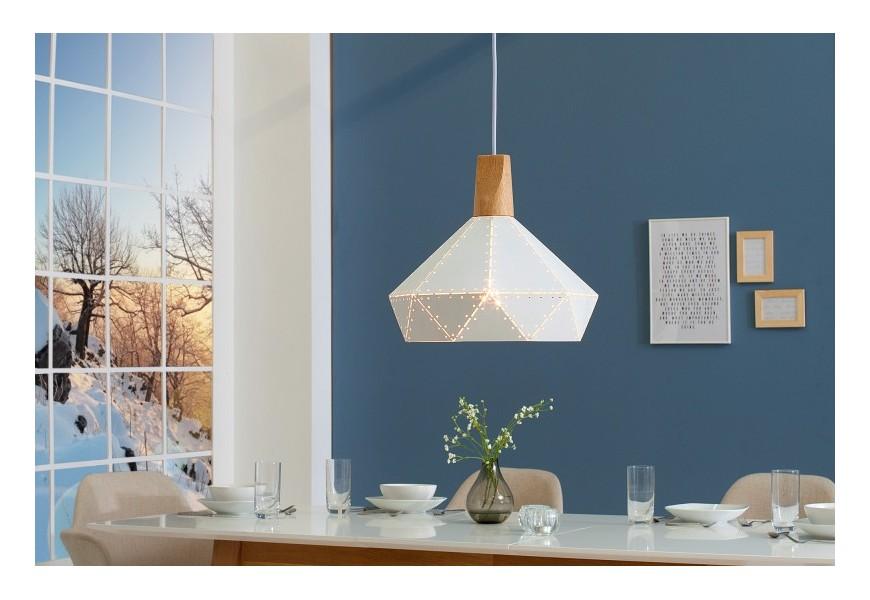 Moderná škandinávska závesná lampa Scandinavia z kovu v bielej farbe s dreveným prvkom a okrúhlymi otvormi po okrajoch