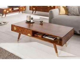 Masívny konferenčný stolík Roslin z akáciového dreva v hnedej farbe so zlatými prvkami a zásuvkou 117cm