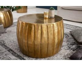 Luxusný orientálny konferenčný stolík Adassil zlatej farby s vertikálnym vzorom
