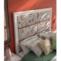 Moderná masívna posteľ Véneto s vysokým čalúneným čelom a kovovými prvkami 135/150/180cm