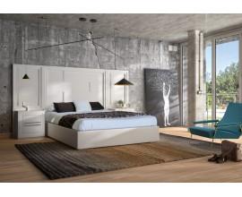 Moderná masívna posteľ Véneto so širokým členitým čelom a čalúneným rámom na matrac 135/150/180cm