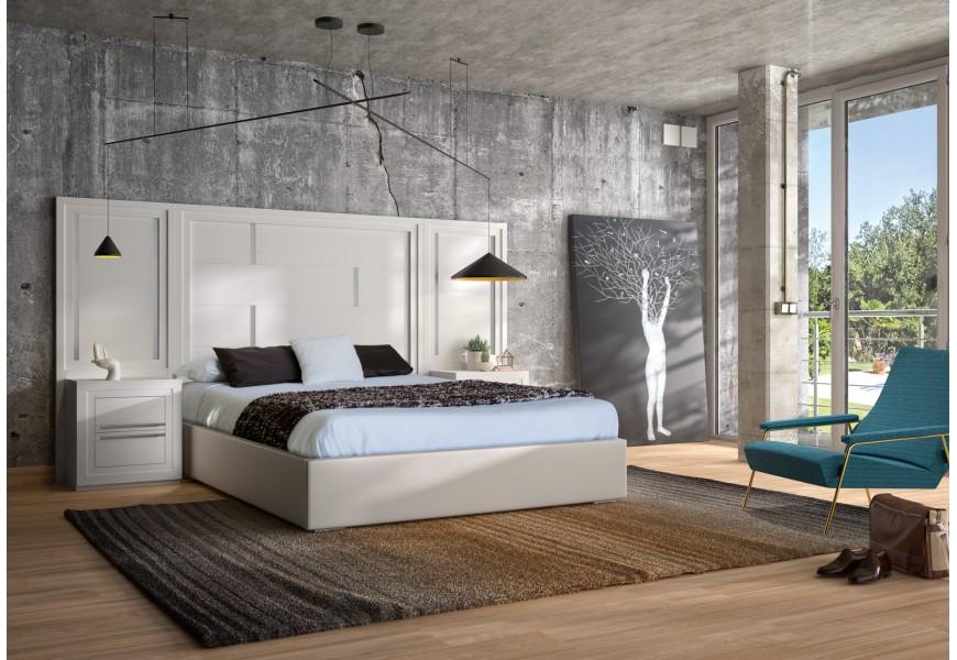 Moderná široká posteľ Véneto s masívnym čelom a čalúnenou podstavou