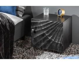 Moderný masívny nočný stolík Cumbria s vyrezávaným čiernym povrchom 50cm
