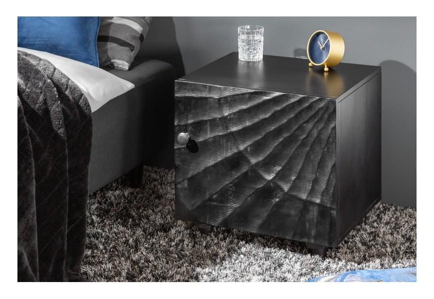 Jedinečný masívny čierny nočný stolík Cumbria s dekoratívnymi dvierkami a nožičkami