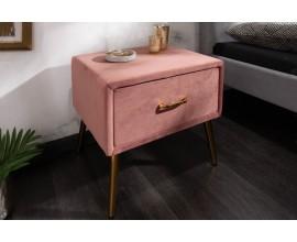 Dizajnový nočný stolík Lorelai v ružovej farbe zo zamatu so zlatými prvkami