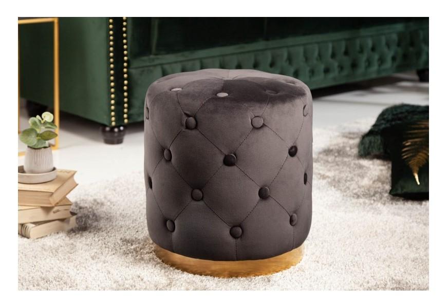 Dizajnová chesterfield kruhová taburetka sivej farby zo zamatu so zlatým kovovým podstavcom