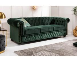 Luxusná a dizajnvá zelená zamatová sedačka Holger so zlatými aplikáciami v podobe cvokov