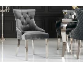 Dizajnová sivá chesterfield stolička Eleanor so zamatovým poťahom a striebornými kovovými prvkami