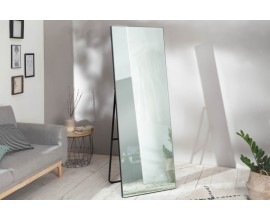 Moderné stojace zrkadlo Avesta v škandinávskom štýle s čiernym kovovým rámom