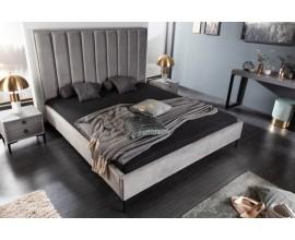 Štýlová moderná manželská posteľ Everson so sivým poťahom zo zamatu, s vertikálnymi líniami čalúnenia a s kovovými nožičkami