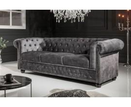 Dizajnová chesterfield sedačka Lobella v sivej farbe so zamatovým čalúnením a kovovými cvokmi