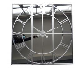 Moderné dizajnové nástenné hodiny Celina zo skla a kovu striebornej farby 112cm