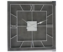 Luxusné štvorcové art-deco nástenné hodiny Stormhill s rímskymi číslicami striebornej farby na sivom masívnom podklade