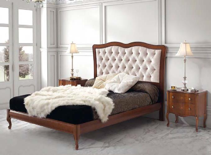 Spálňa v klasickom štýle s rustikálnou posteľou Castilla