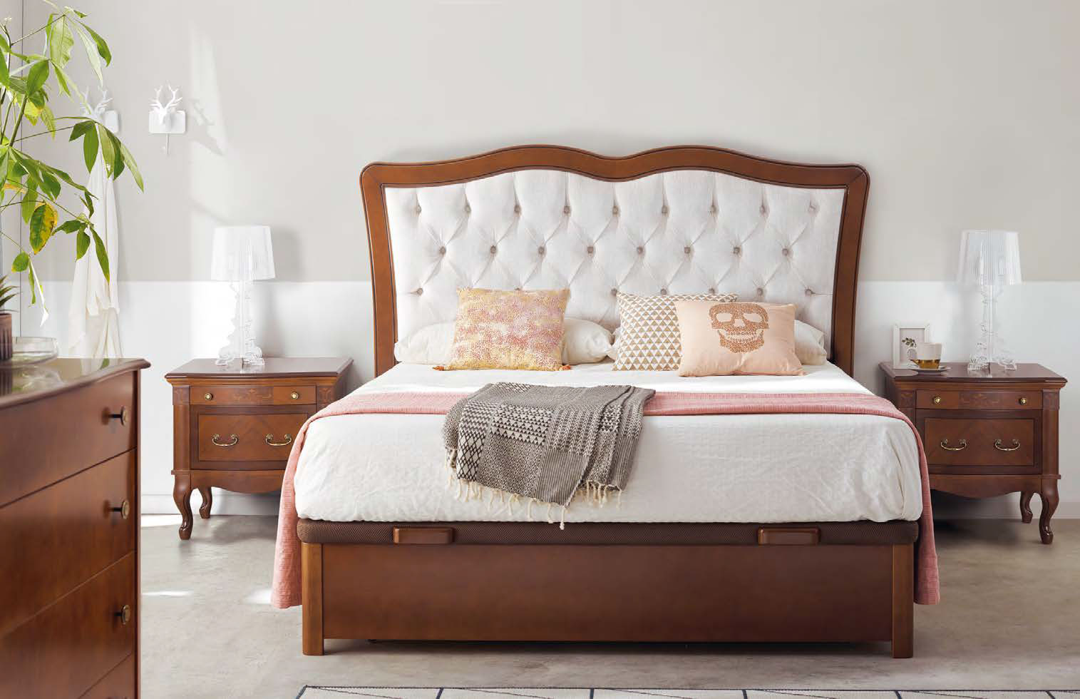 Klasická spálňa s rustikálnou postelou Castilla s úložným priestorom