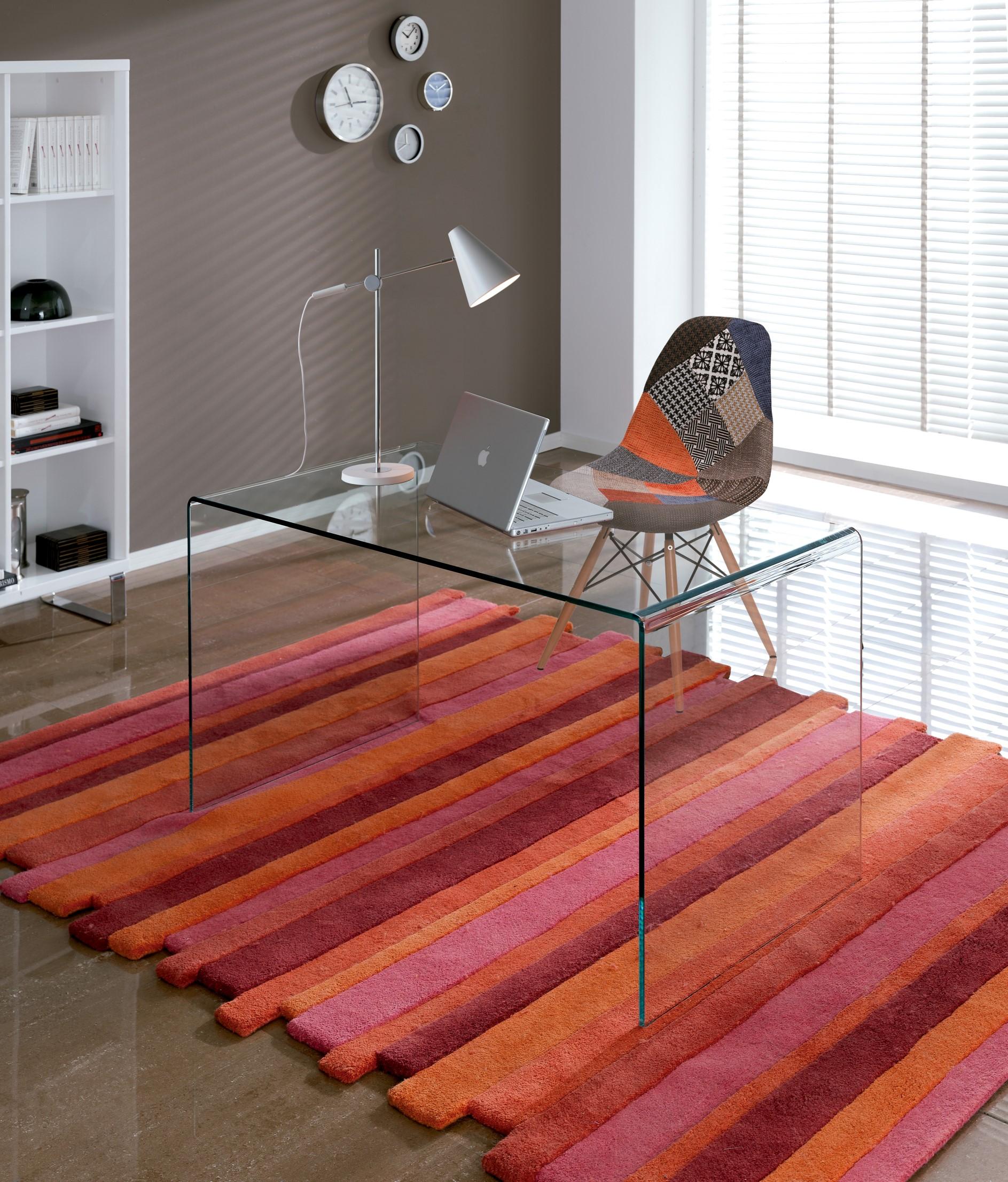 Sklenený pracovný stôl s červeným kobercom